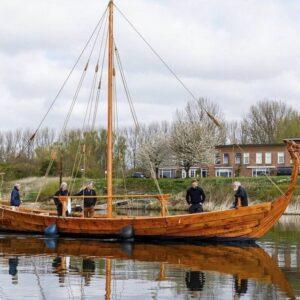 Vikingschip te water