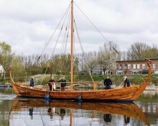 Vikingschip-te-water